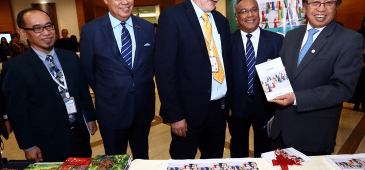 Chief minister of Sarawak, Malaysia receives the e3value book from Jaap Gordijn